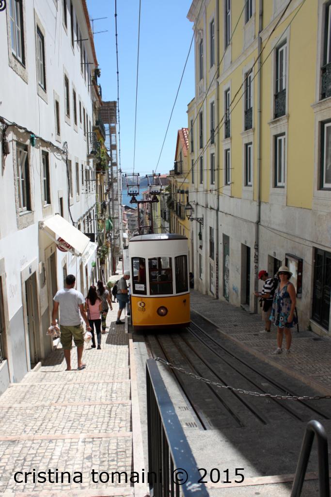 Il tram 28 che si arrampica sui colli della città