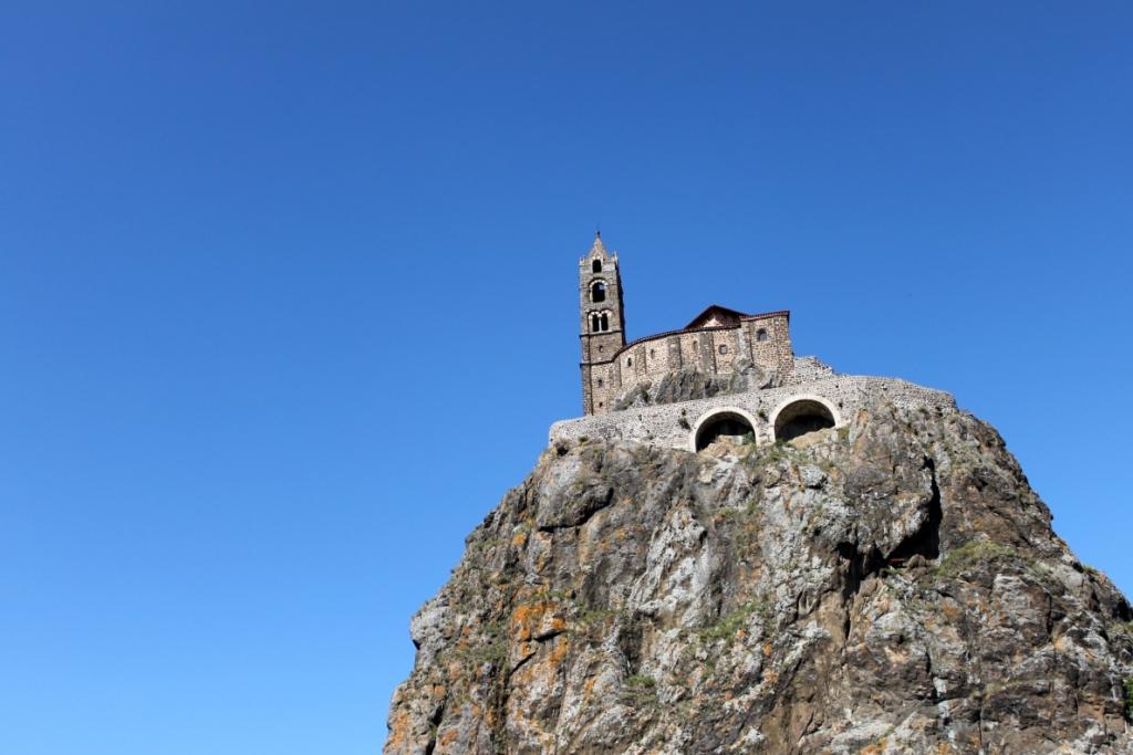 pinnacolo con la chiesa di san michel a Puy en Velay
